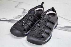 Mencuci sepatu olahraga