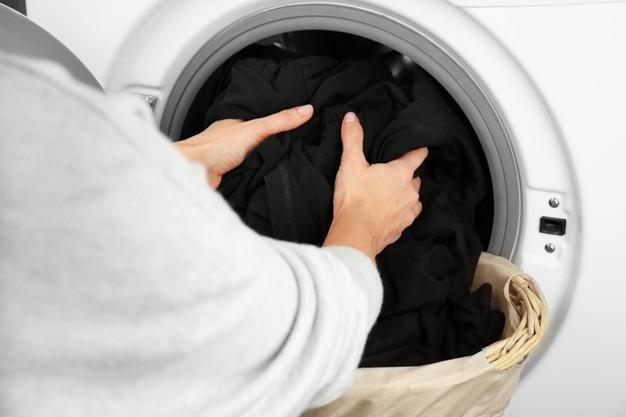 mencuci baju hitam