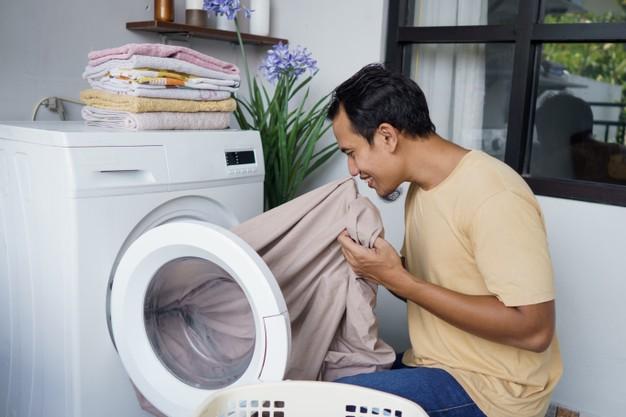 7 Cara Menghilangkan Bau Apek Pakaian