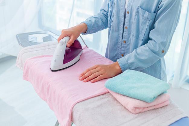 menyetrika pakaian