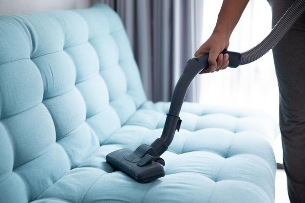 membersihkan sofa akibat banjir