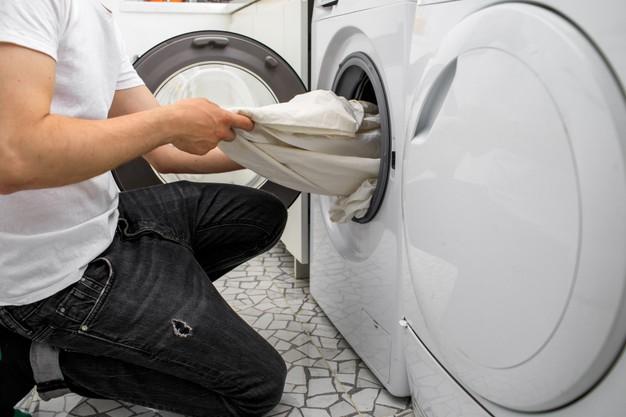 mencampur pakaian saat mencuci