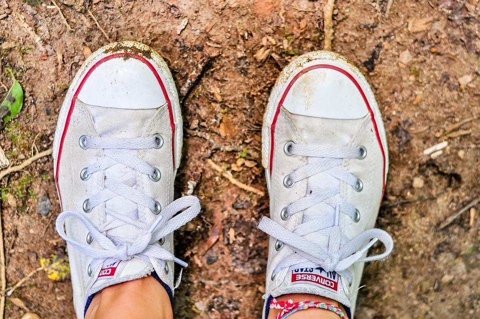mencuci sepatu sekolah